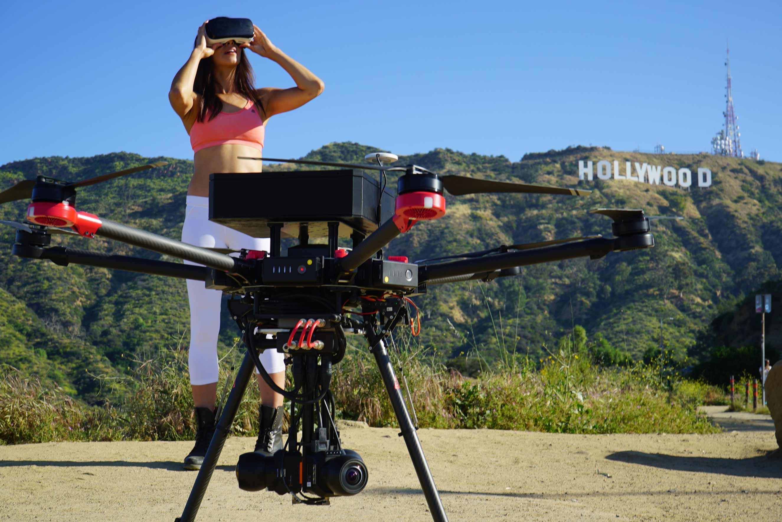 DJI Matrice 600 с камерой для панорам и девушка