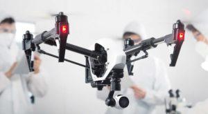 Квадрокоптер DJ Inspire 1 в воздухе с поднятым шасси